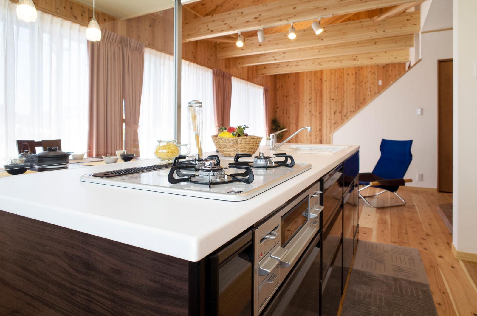 部屋の中すべてを見渡せる開放的な対面式キッチン