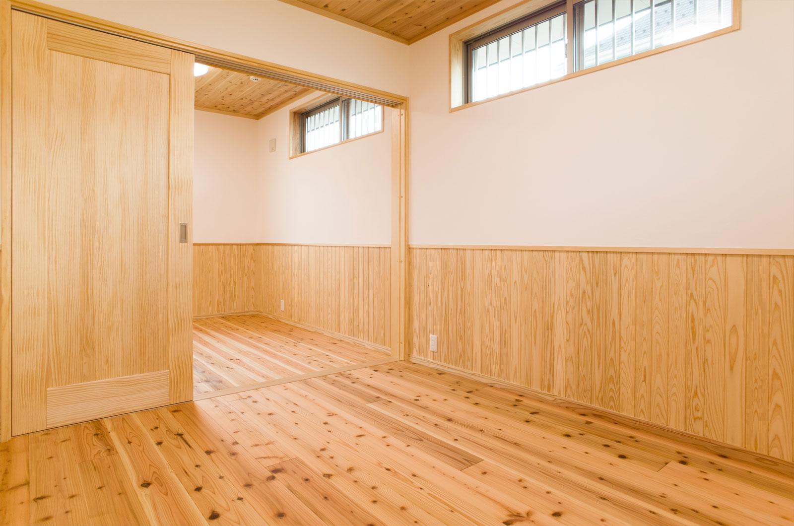 木と漆喰に包まれた美しい寝室。