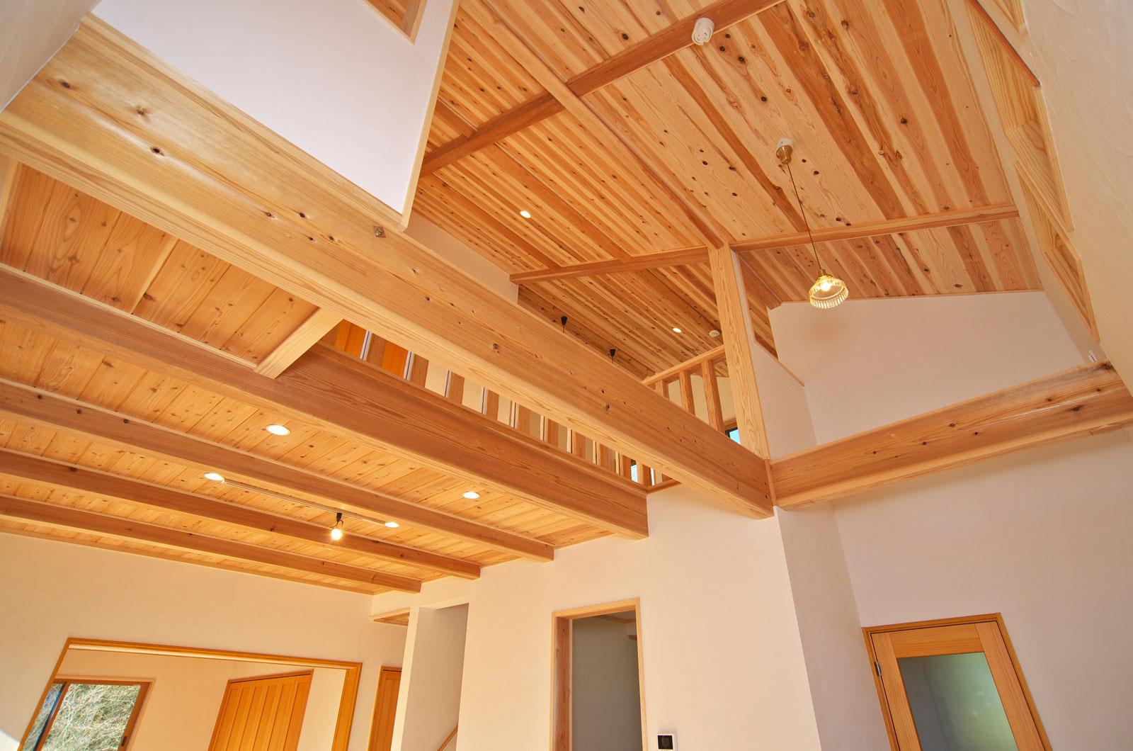 こだわりの天井にも一面の木材を使用しています。