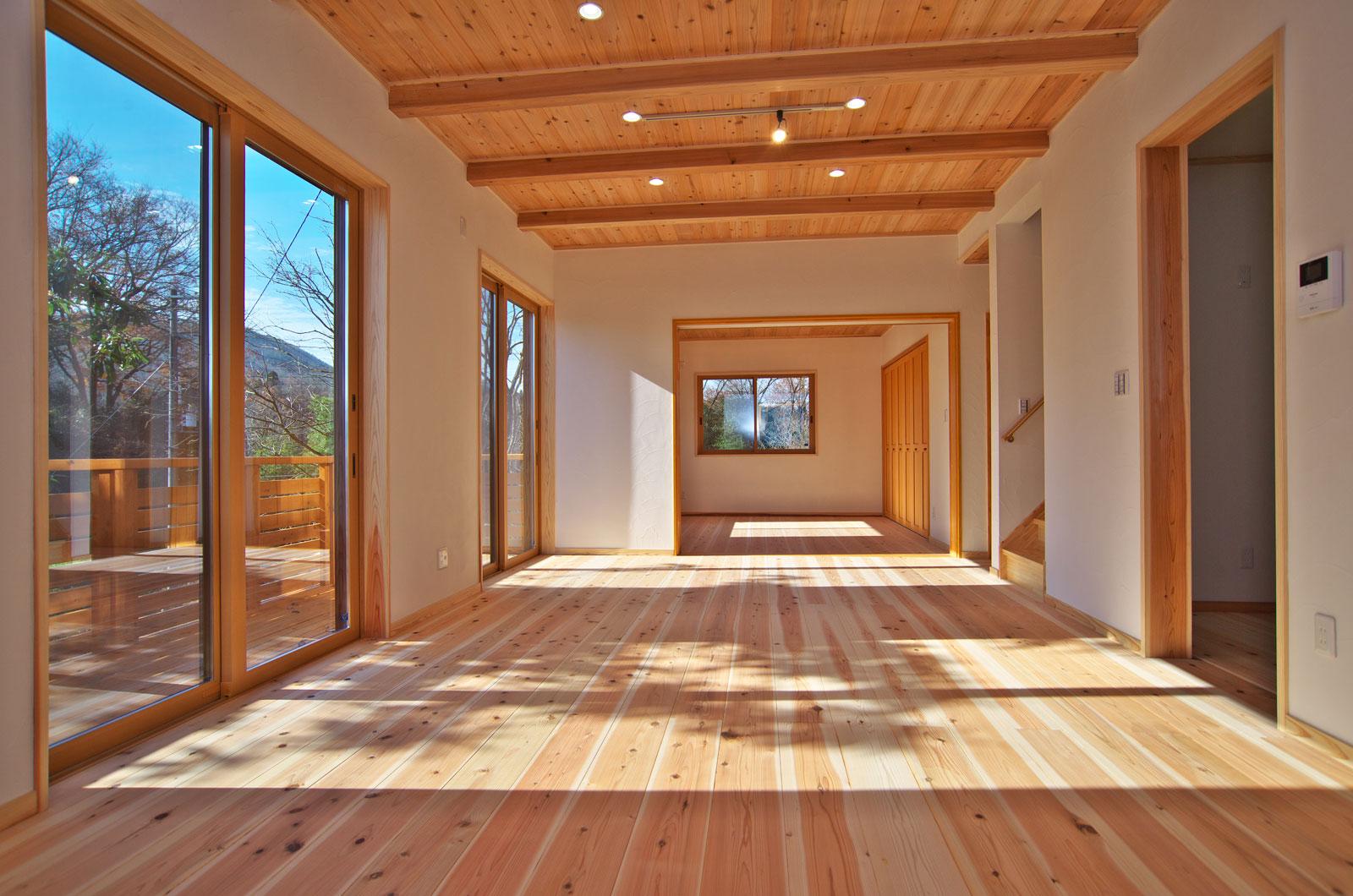 木をふんだんに使った広大なリビングルーム。