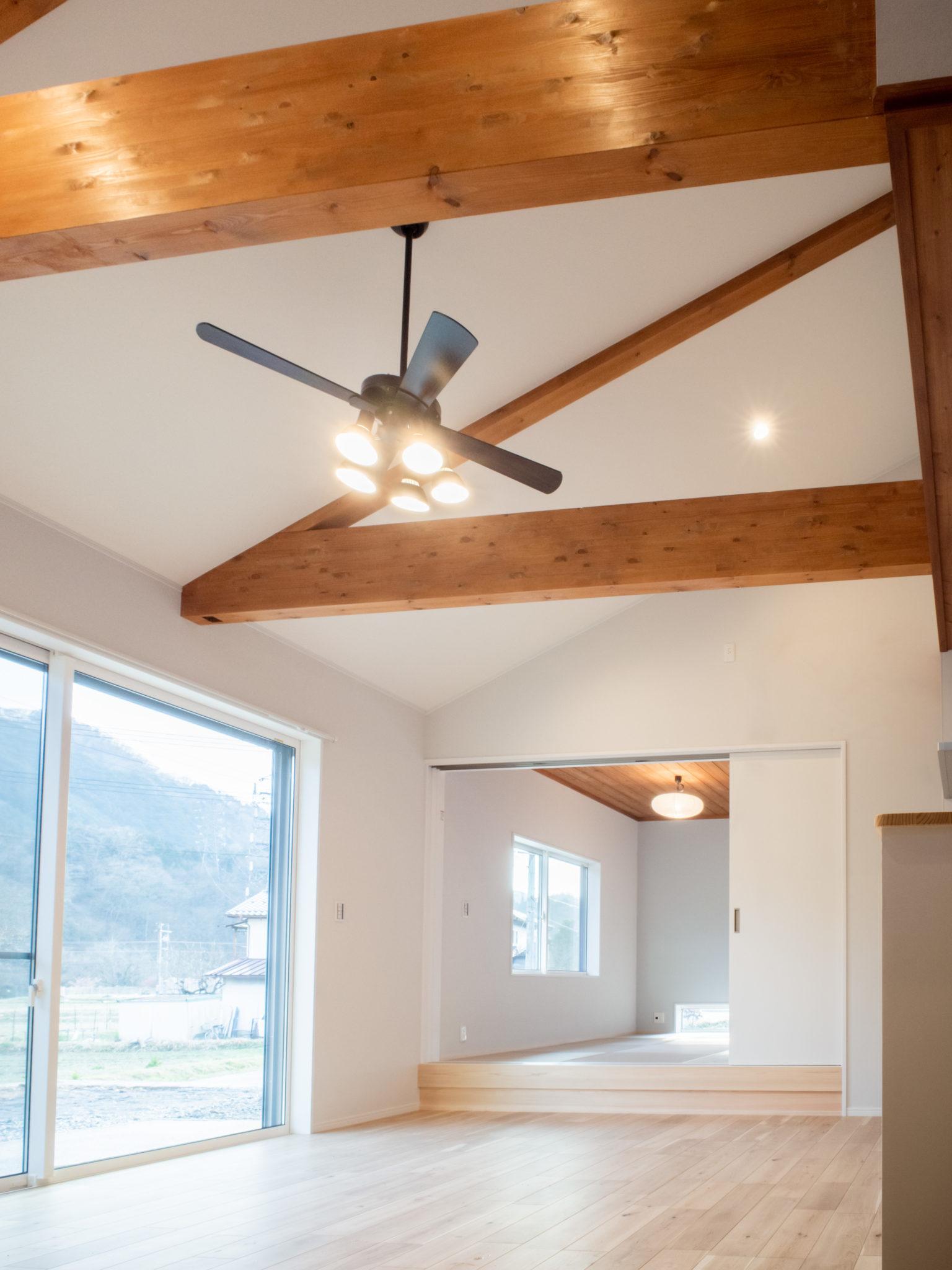 構造を見せる天井で開放的に
