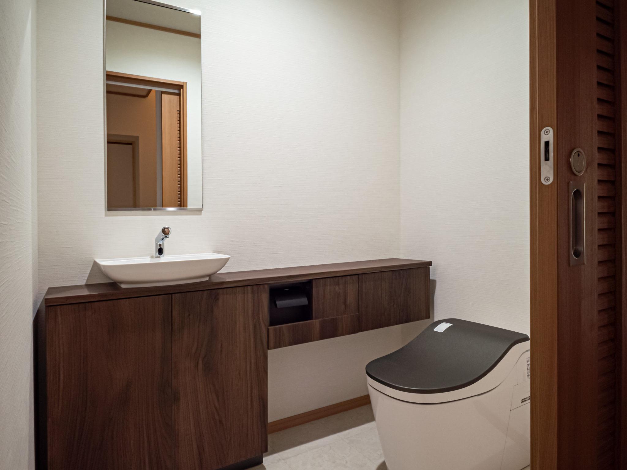 キッチンと同系色のトイレ