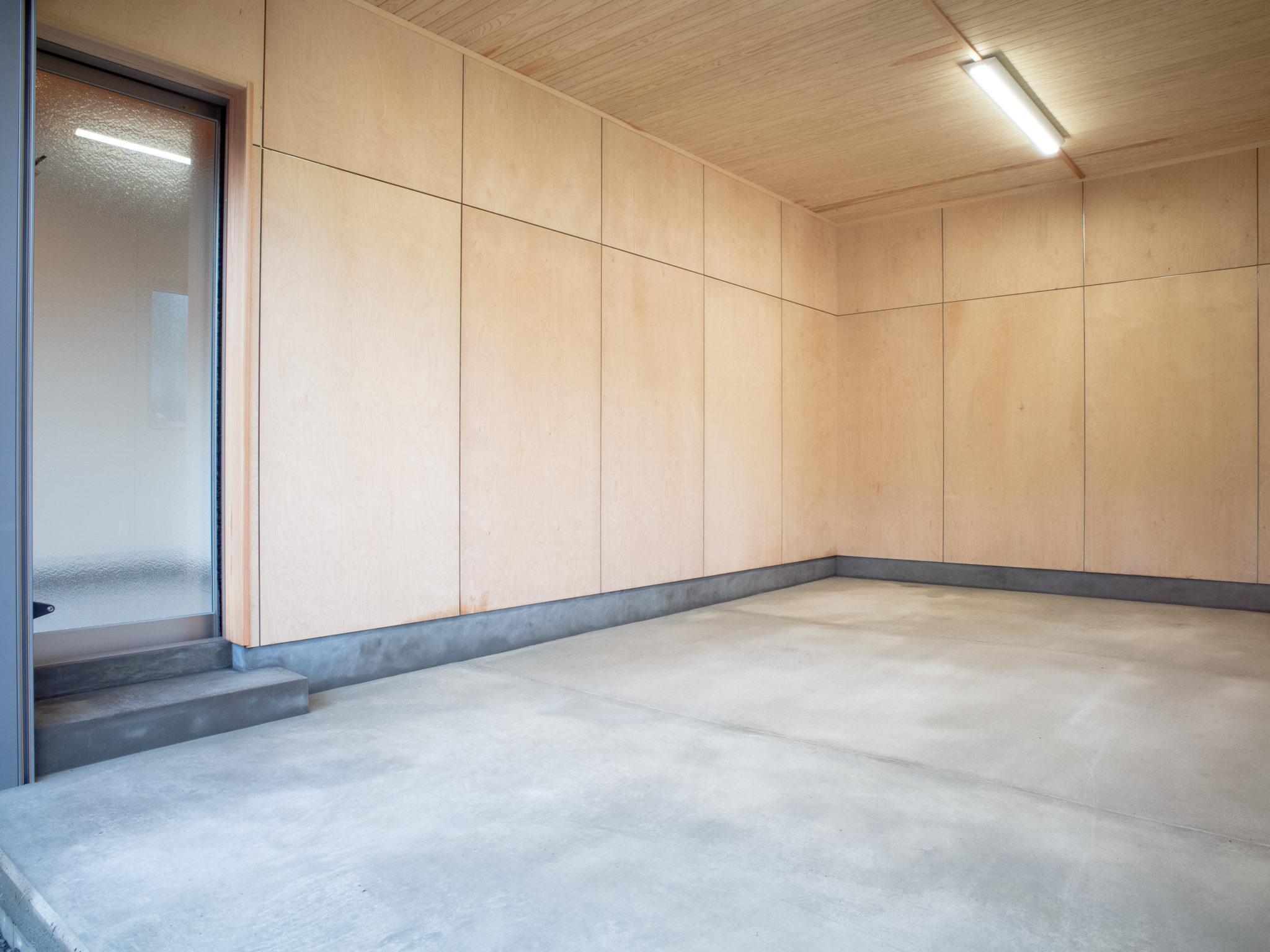 合板で囲われた車庫は多目的に使えそう